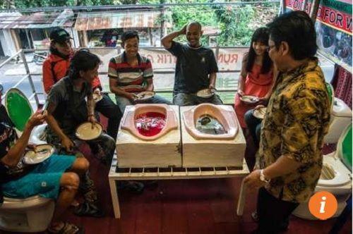Giới trẻ đua nhau thưởng thức món ăn được chế biến trên bồn cầu - Ảnh 3