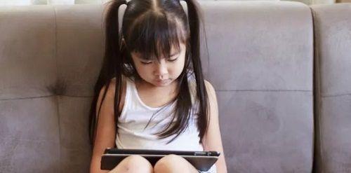 Vào phòng chúc con ngủ ngon, mẹ bàng hoàng phát hiện những gì con xem trong iPad - Ảnh 1