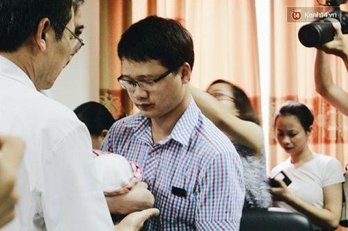 Khoảnh khắc chồng thiếu úy Huyền Trâm nhận lại con trai kháu khỉnh ở bệnh viện - Ảnh 1