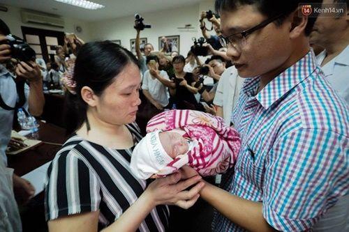 Khoảnh khắc chồng thiếu úy Huyền Trâm nhận lại con trai kháu khỉnh ở bệnh viện - Ảnh 2