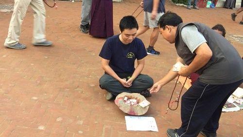 Du khách Việt Nam thử đóng vai ăn xin ở Nepal và kết quả thật bất ngờ - Ảnh 4