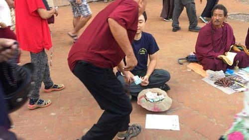 Du khách Việt Nam thử đóng vai ăn xin ở Nepal và kết quả thật bất ngờ - Ảnh 5