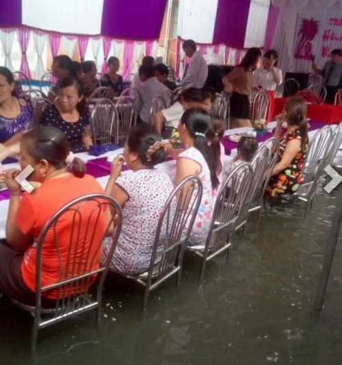 Cô dâu chú rể bì bõm lội nước tiếp khách giữa trời mưa dậy sóng mạng - Ảnh 2