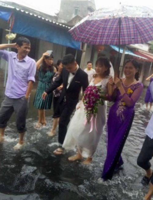 Cô dâu chú rể bì bõm lội nước tiếp khách giữa trời mưa dậy sóng mạng - Ảnh 3
