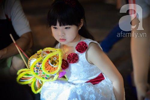 Ngắm những gương mặt bé thơ đáng yêu trên phố đèn lồng Trung thu - Ảnh 4