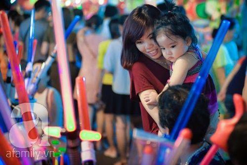 Ngắm những gương mặt bé thơ đáng yêu trên phố đèn lồng Trung thu - Ảnh 6