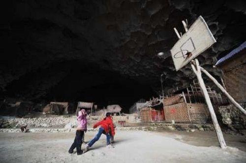 Cặp uyên ương xây tổ ấm trong hang đá suốt 54 năm - Ảnh 2