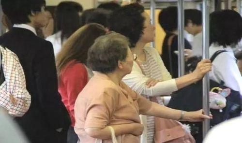 Đừng bao giờ nhường ghế cho người già khi sống ở Nhật - Ảnh 1