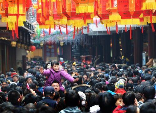 Những hình ảnh chen chúc 'đáng sợ' thường ngày ở đất nước đông dân nhất thế giới - Ảnh 1