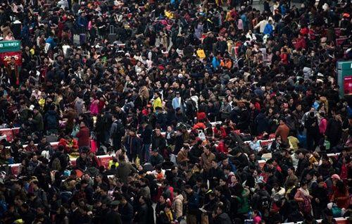 Những hình ảnh chen chúc 'đáng sợ' thường ngày ở đất nước đông dân nhất thế giới - Ảnh 12