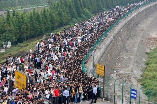 Những hình ảnh chen chúc 'đáng sợ' thường ngày ở đất nước đông dân nhất thế giới - Ảnh 15