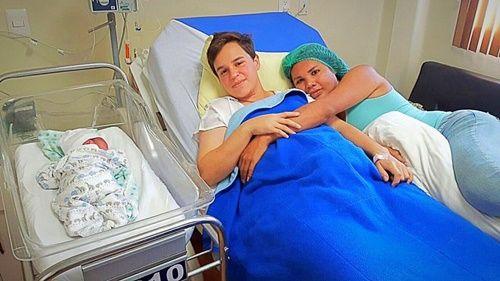 Cặp chuyển giới đầu tiên thế giới sinh con, bố mang bầu - Ảnh 2