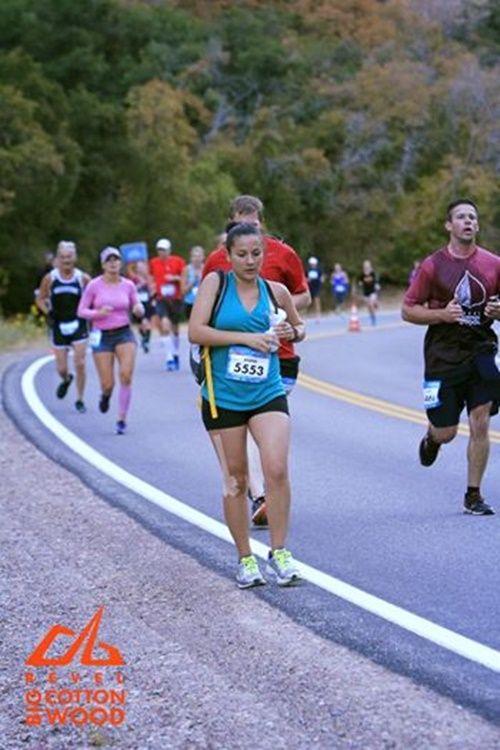 'Siêu bà mẹ' vừa chạy marathon vừa vắt sữa cho con bú - Ảnh 2
