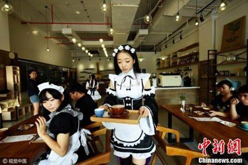 Rộ trào lưu uống cà phê do hotgirl 'đút' cho khách - Ảnh 2