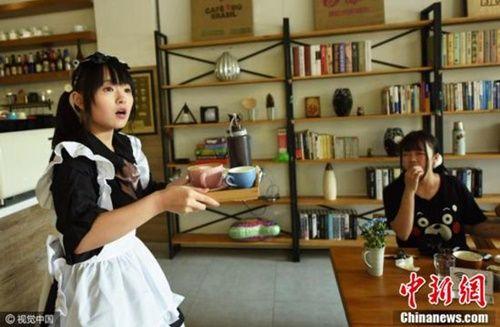 Rộ trào lưu uống cà phê do hotgirl 'đút' cho khách - Ảnh 3