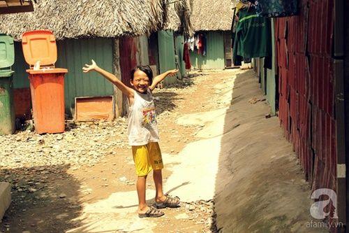 Những đứa trẻ thả ước mơ vào dòng kênh ô nhiễm ngày khai trường - Ảnh 1