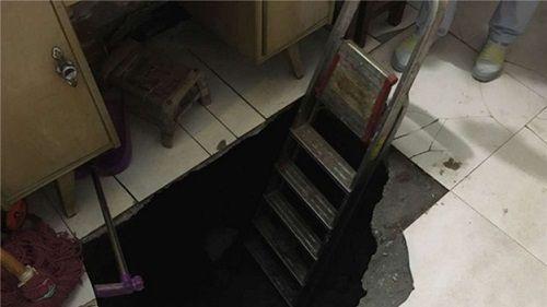 Xui xẻo người đàn ông bị rơi xuống hố sâu 3m khi đang ngồi ở phòng khách - Ảnh 1