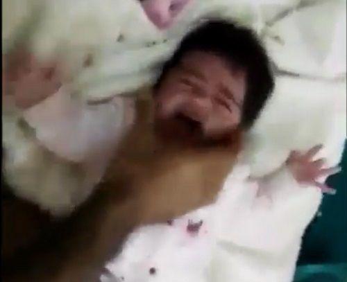 Phẫn nộ trước cảnh người bố nhẫn tâm đánh đập con gái sơ sinh vì khóc quấy - Ảnh 1