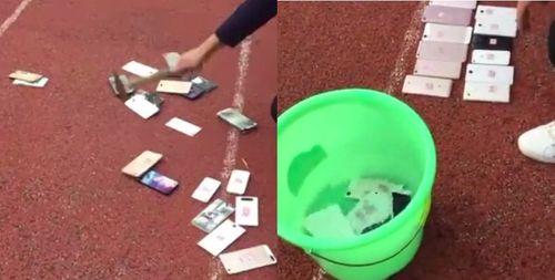 Học sinh xếp hàng xem điện thoại của mình bị đập vỡ và ngâm nước - Ảnh 1