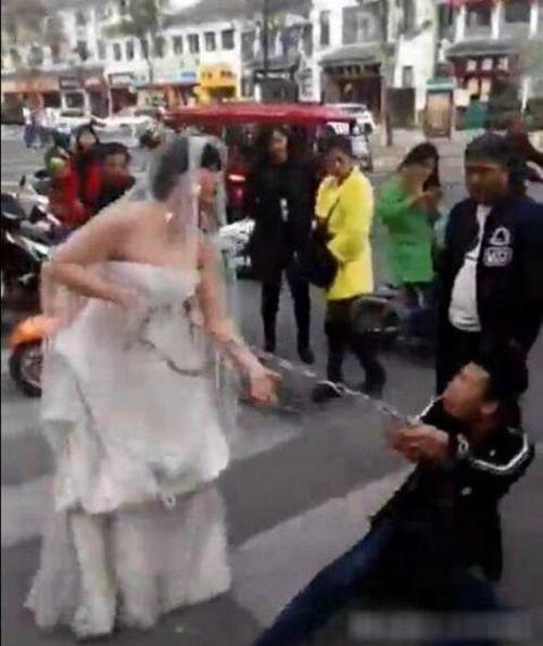 Cô dâu dùng xích kéo chú rể về thành hôn khiến dân mạng choáng váng - Ảnh 2