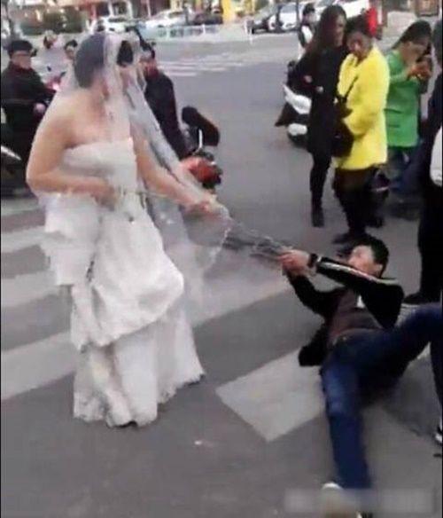 Cô dâu dùng xích kéo chú rể về thành hôn khiến dân mạng choáng váng - Ảnh 3