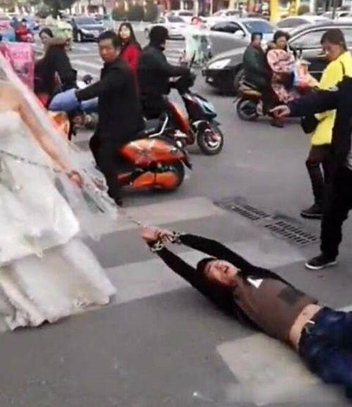 Cô dâu dùng xích kéo chú rể về thành hôn khiến dân mạng choáng váng - Ảnh 4