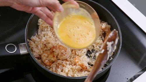 Làm cơm chiên tôm dứa kiểu Thái lạ miệng, thơm ngon - Ảnh 9