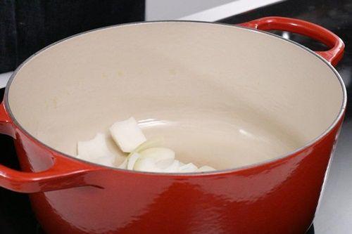 Vào bếp làm món móng giò om trà đen có hương vị mới lạ - Ảnh 4