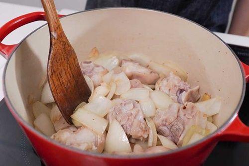 Vào bếp làm món móng giò om trà đen có hương vị mới lạ - Ảnh 5