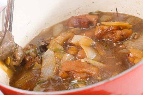 Vào bếp làm món móng giò om trà đen có hương vị mới lạ - Ảnh 7