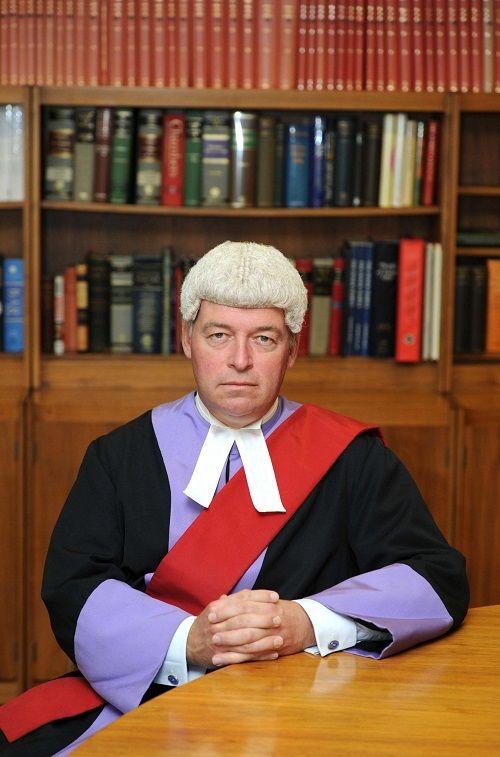Thẩm phán rơi nước mắt trước cảnh bé gái bị cha mẹ nuôi ngược đãi - Ảnh 1