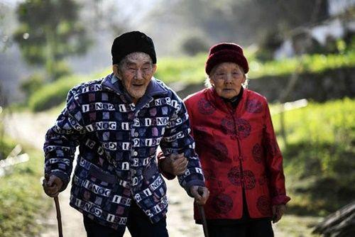 Cặp vợ chồng già bên nhau suốt 81 năm chưa một ngày xa rời - Ảnh 1