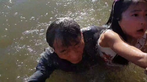 Cảnh tượng hy hữu – sư tử biển cũng biết 'bắt cóc' gái đẹp - Ảnh 4