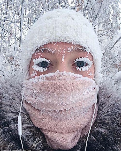 Tò mò cuộc sống tại ngôi làng lạnh nhất thế giới: Vừa ra đường, lông mi đã đóng băng - Ảnh 1