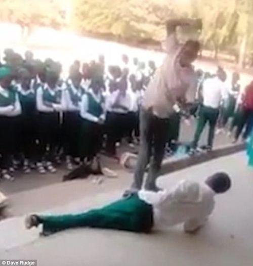 Phẫn nộ cảnh thầy giáo tra tấn nữ học sinh trước sự chứng kiến của nhiều người - Ảnh 1