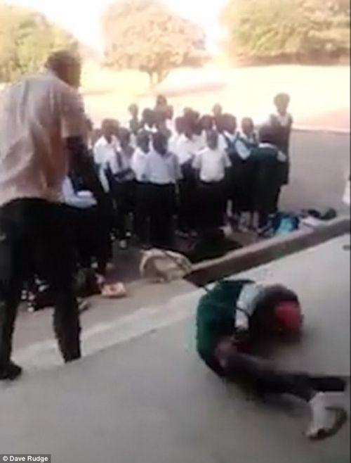 Phẫn nộ cảnh thầy giáo tra tấn nữ học sinh trước sự chứng kiến của nhiều người - Ảnh 3