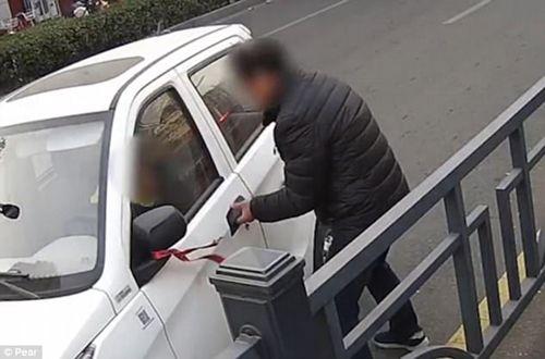 Giật thót mình cảnh cậu bé 7 tuổi lái ô tô cán ngang người đi đường - Ảnh 2