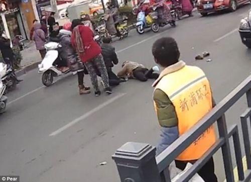 Giật thót mình cảnh cậu bé 7 tuổi lái ô tô cán ngang người đi đường - Ảnh 3