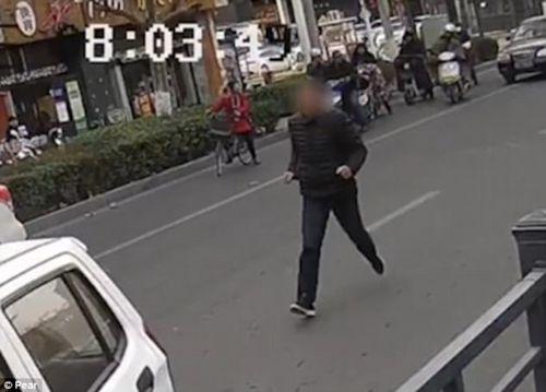 Giật thót mình cảnh cậu bé 7 tuổi lái ô tô cán ngang người đi đường - Ảnh 1