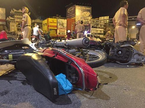 Hiện trường vụ nữ tài xế BMW say xỉn đâm 5 xe máy ở Sài Gòn - Ảnh 6