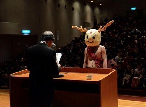 Bất ngờ với những trang phục tốt nghiệp kỳ lạ của các cử nhân đại học nước ngoài - Ảnh 2