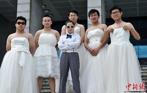 Bất ngờ với những trang phục tốt nghiệp kỳ lạ của các cử nhân đại học nước ngoài - Ảnh 7
