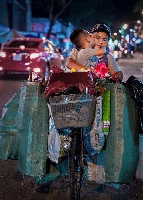 Từ bức ảnh gây bão mạng tới đời thực của hai mẹ con cậu bé trên chiếc xe chở đầy ve chai - Ảnh 1