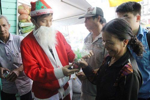 """""""Ông già Noel"""" mang quà đến cho người nghèo trong ngày Giáng sinh ở TP HCM - Ảnh 1"""