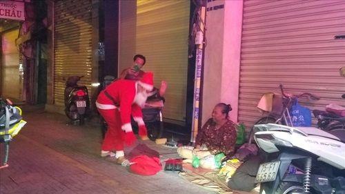 """""""Ông già Noel"""" mang quà đến cho người nghèo trong ngày Giáng sinh ở TP HCM - Ảnh 6"""