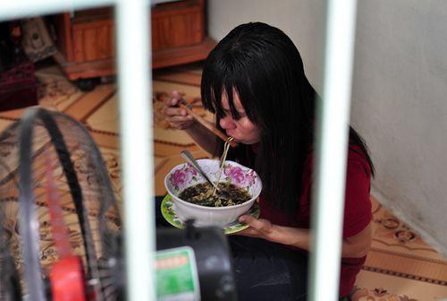 Cầu thủ U23 Việt Nam trích tiền thưởng giúp nữ công nhân về quê đón Tết - Ảnh 1