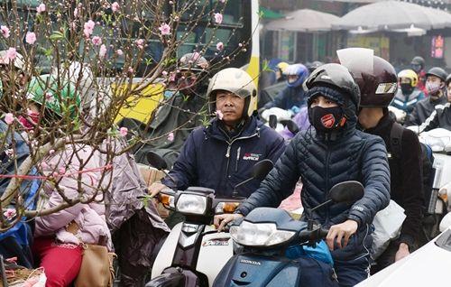 Người dân khốn khổ tìm cách thoát khỏi Hà Nội dưới trời mưa rét để về quê đón Tết - Ảnh 1
