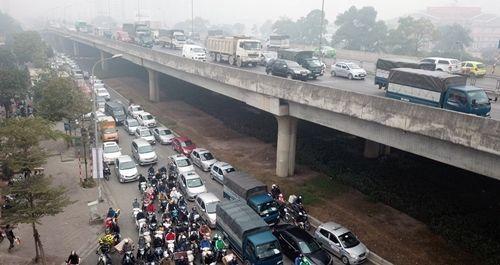 Người dân khốn khổ tìm cách thoát khỏi Hà Nội dưới trời mưa rét để về quê đón Tết - Ảnh 3