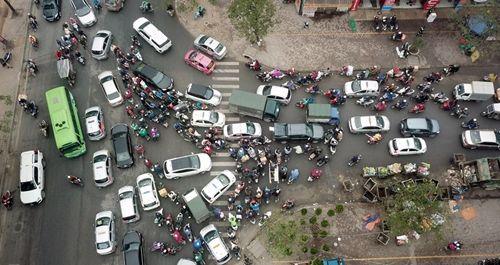 Người dân khốn khổ tìm cách thoát khỏi Hà Nội dưới trời mưa rét để về quê đón Tết - Ảnh 4