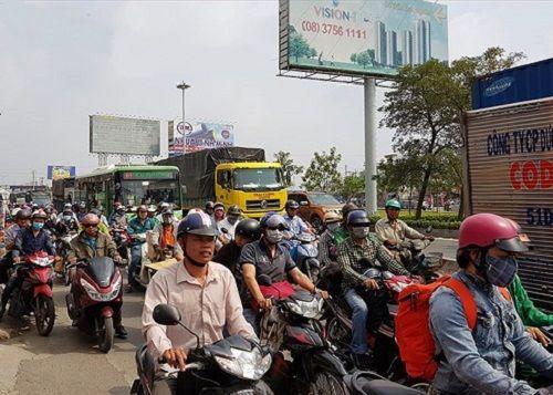 Nhiều tuyến đường tại TP. HCM kẹt cứng vì người dân về quê ăn Tết - Ảnh 2